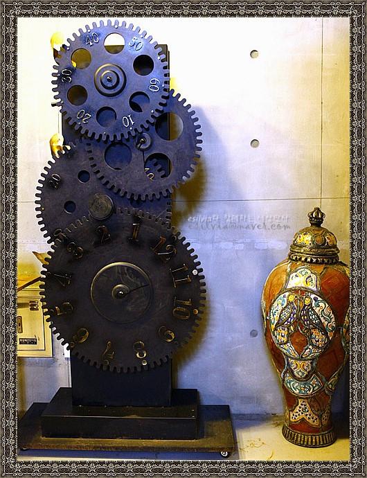 아름다운 문야이 도자기와 태엽이 그대로 드러나 있는 시계의 모습