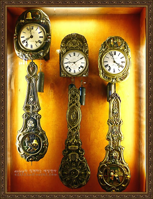 아름다운 문양과 사진이 장식되어 있는 시계의 모습