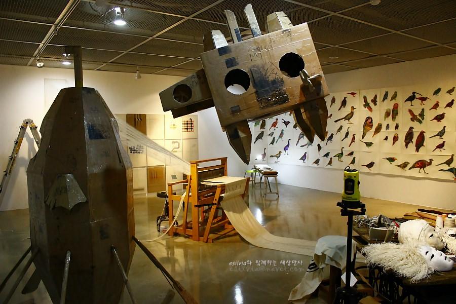 작품들이 전시되어 있는 전시실의 모습