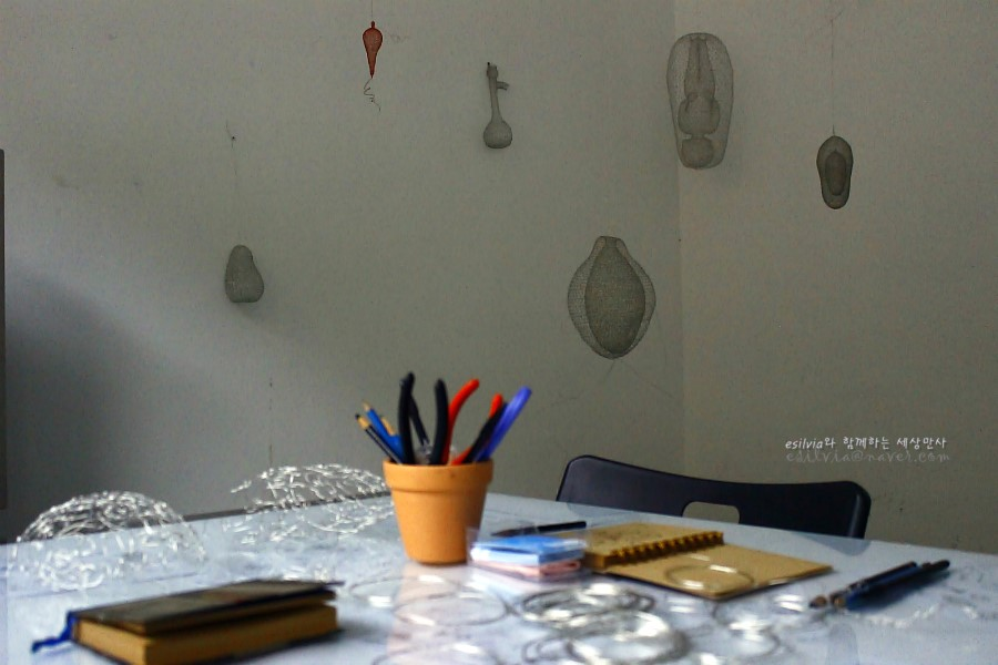 알루미늄을 꼬아 만든 작품들이 있는 작가의 방