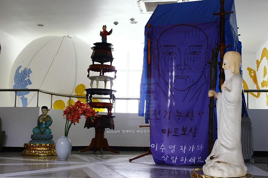 무속신앙과 관련된 작품들이 전시되어 있는 모습