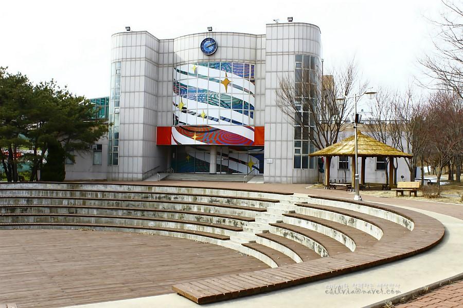 경기창작센터와 그 앞의 원형 야외 무대의 모습