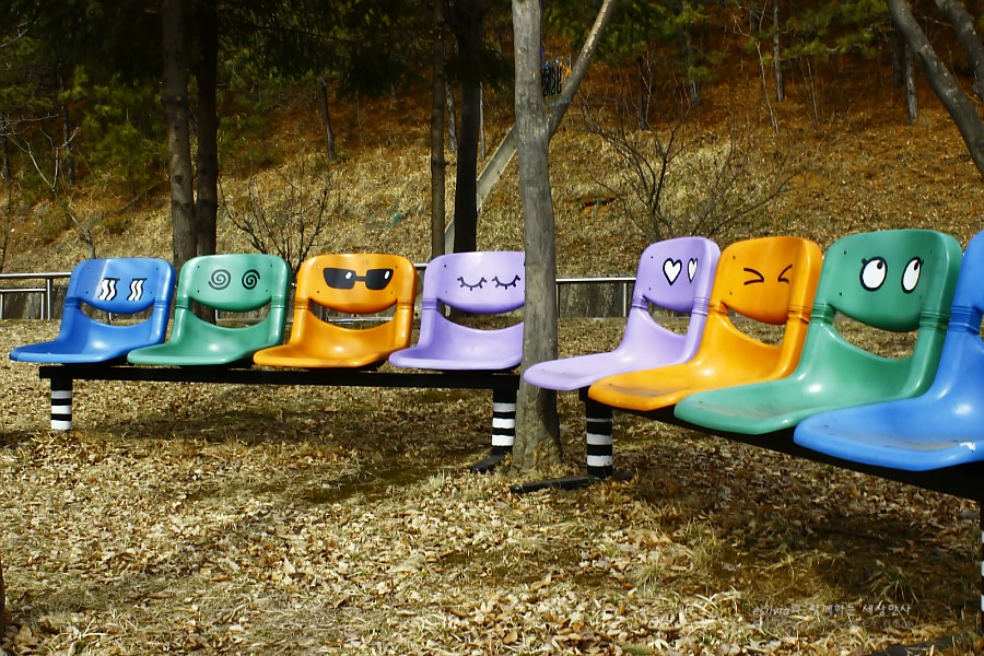 다양한 표정들이 그려져 있는 의자