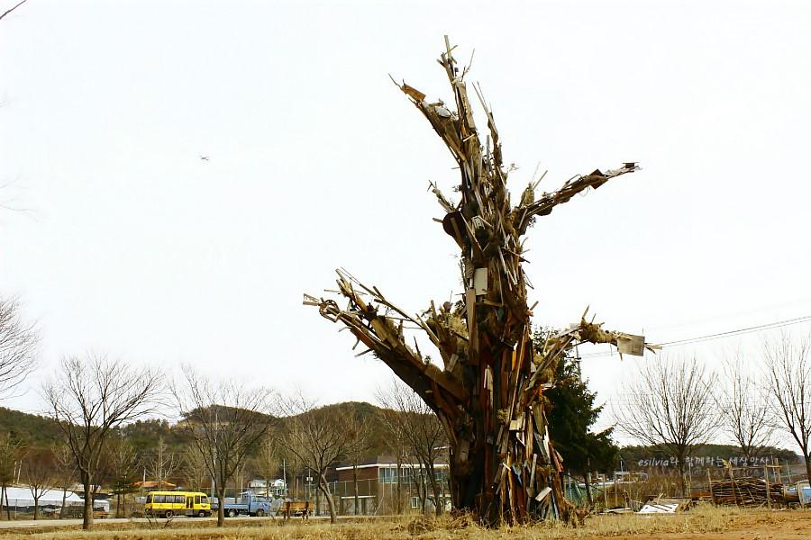 폐건축자제를 이용한 나무의 형상을 한 작품의 모습