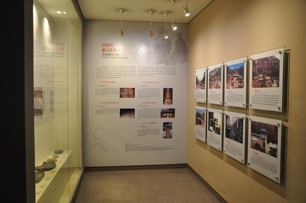 벽면에 걸려 있는 불교문화유적에 대해 설명한 판넬의 모습