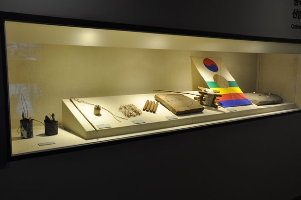 연을 비롯한 옛 놀이기구들이 전시되어 있는 모습