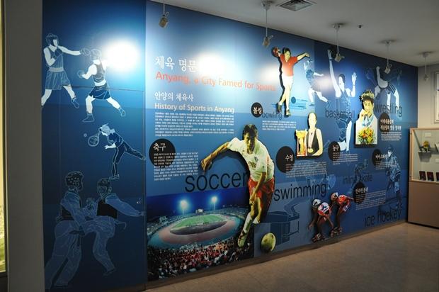 벽면에 걸려 있는 레저 스포츠 부분에서 여러 활동을 펼치는 안양의 모습