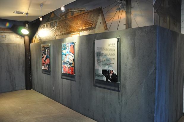 옛 영화 포스터와 영화 관련 자료들의 벽면에 걸려 있는 모습