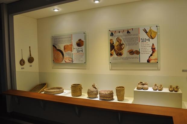 다양한 공예품이 진열되어 있는 모습
