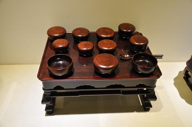 나무로 된 상과 그릇 및 수저의 모습