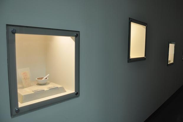 벽면안에 전시되어 있는 유물들