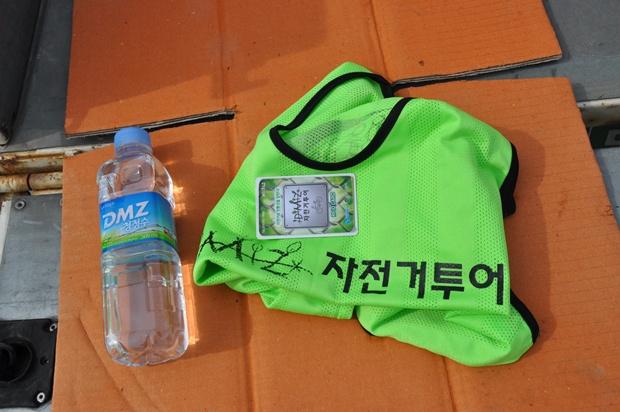 인식카드와 인식용 티셔츠 그리고 마실 물