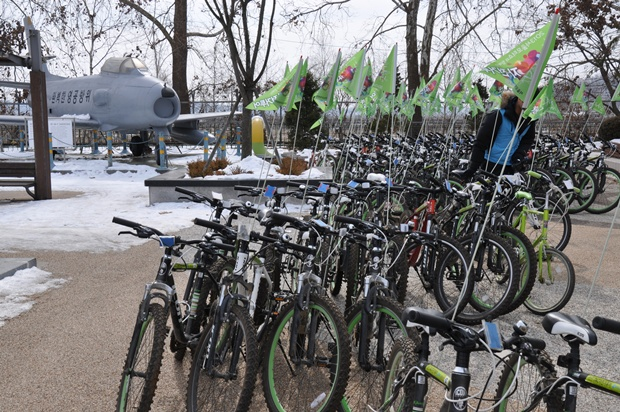 깃발이 달려 있는 자전거들