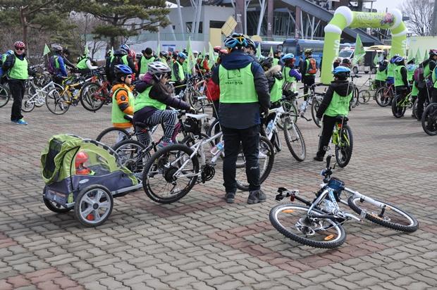 아이를 위해 연결된 전용칸이 달린 자전거