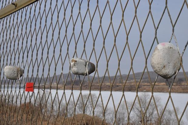 철조망 사이에 꽂아둔 돌의 모습