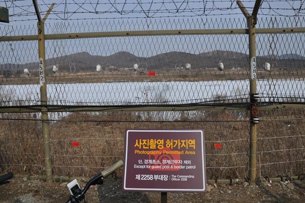 사진촬영 허가지역이라는 안내판 앞의 철조망과 임진강의 모습