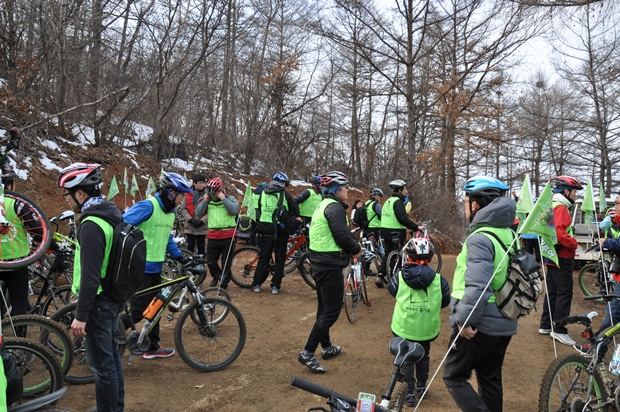 자전거를 세우고 주위를 둘러보는 참가자들의 모습