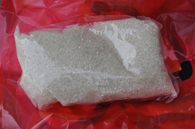 비닐용기에 담겨 있는 쌀