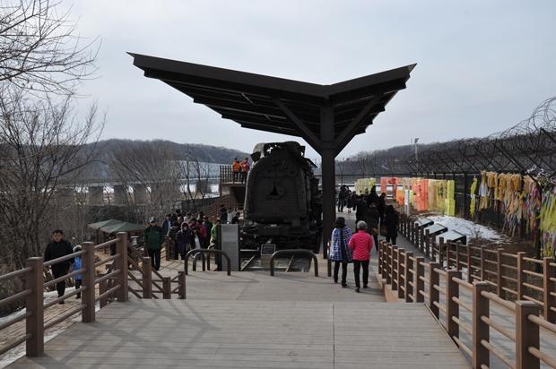 자유의 다리와 그 옆에 있는 증기기관차의 모습