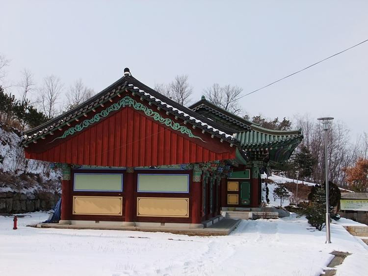 눈이 내린 사찰의 풍경