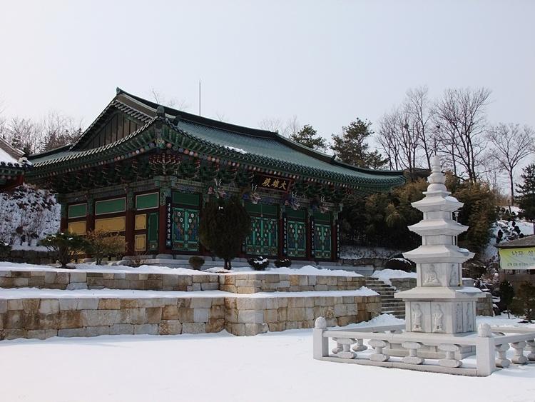 마당에서 석탑이 서 있는 수도사 대웅전의 모습