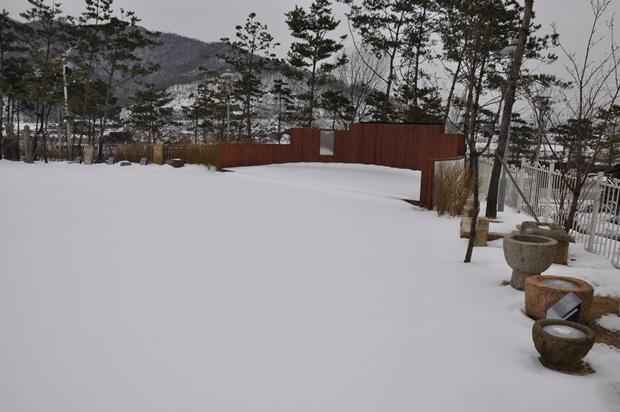 눈이 쌓인 박물관 주변 마당