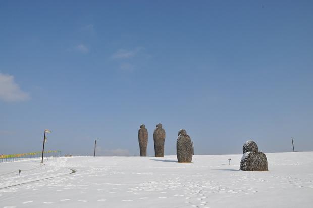 네개의 사람모양 조형물이 일직선으로 서있다.
