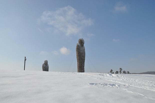 언덕 위에 보이는 '통일부르기' 작품 일부