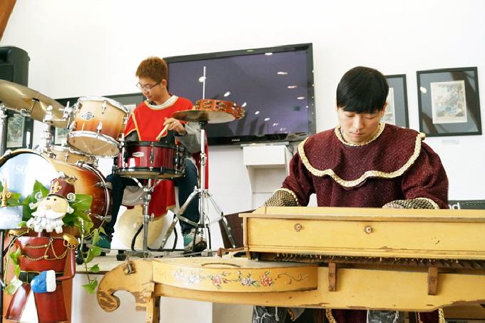 유럽전통악기 연주를 하는 모습