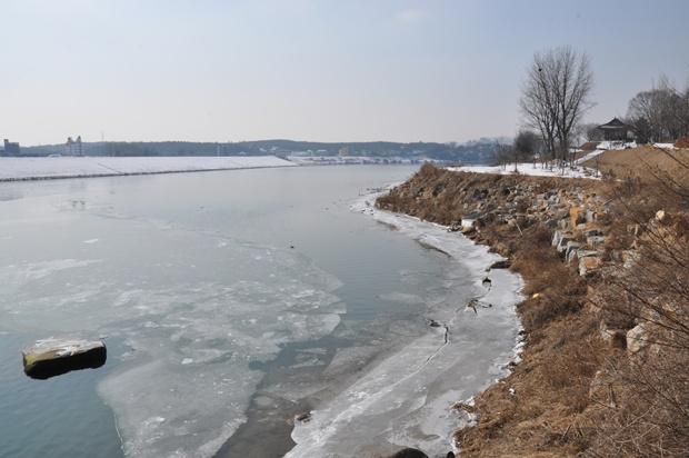 살 얼음이 덮힌 여강의 모습