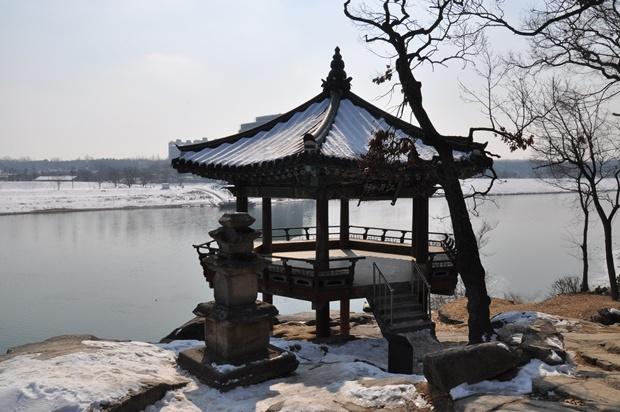 강월헌과 작은 삼층석탑