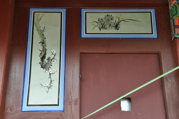 꽃과 난의 그림이 벽에 걸려있다.