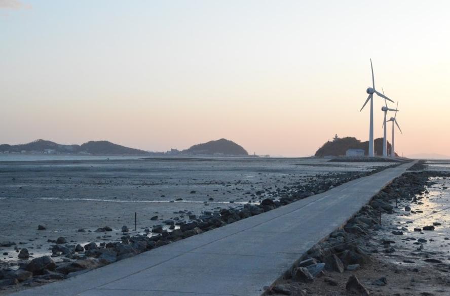 길 끝으로 보이는 풍력 발전기