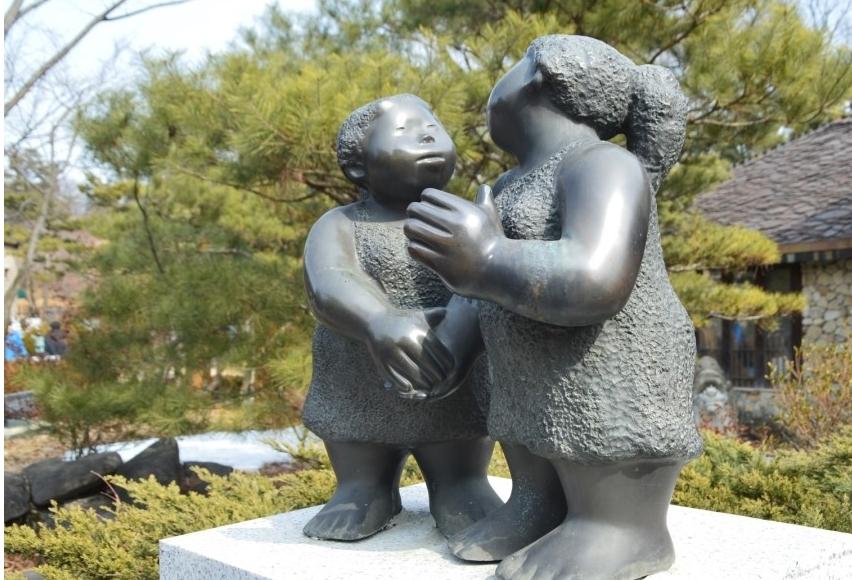 서로 마주보는 모습의 동상