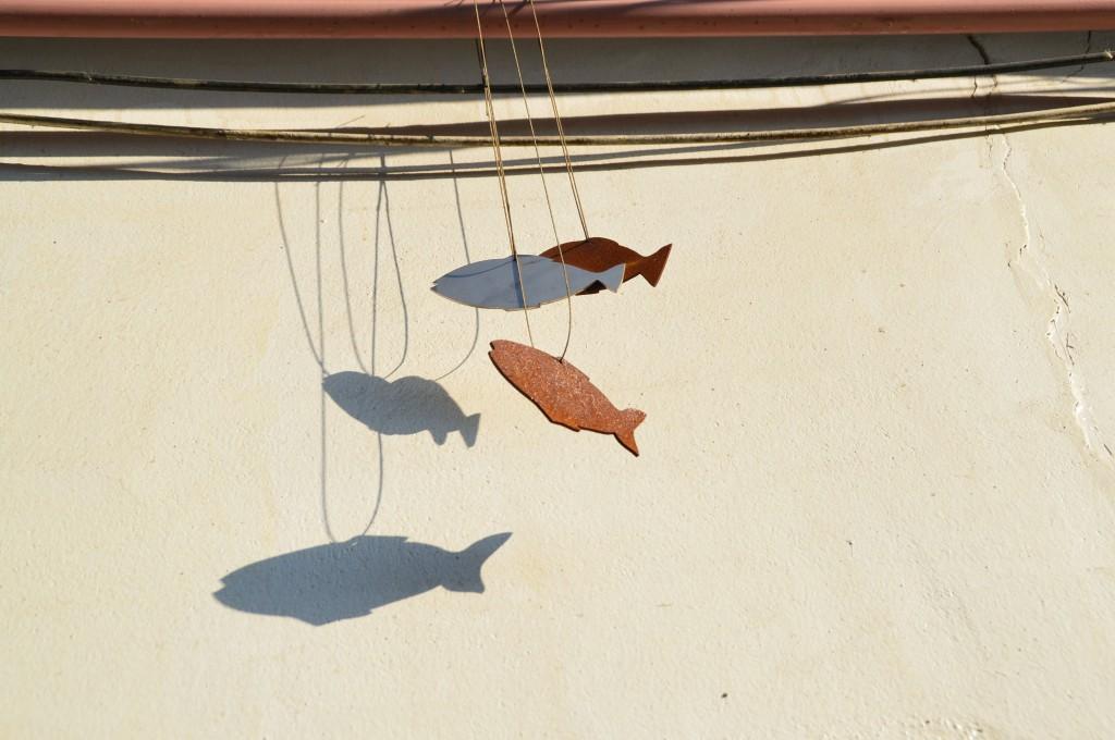 끈에 달려있는 물고기모양 조각