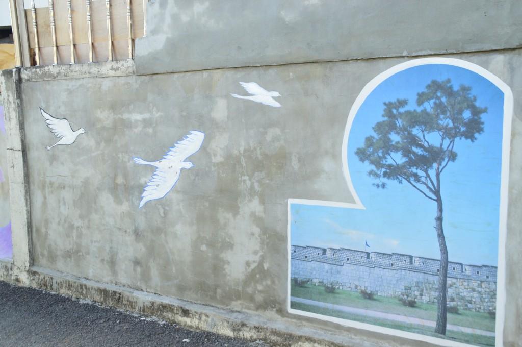 자유롭게 날고있는 새의 벽화
