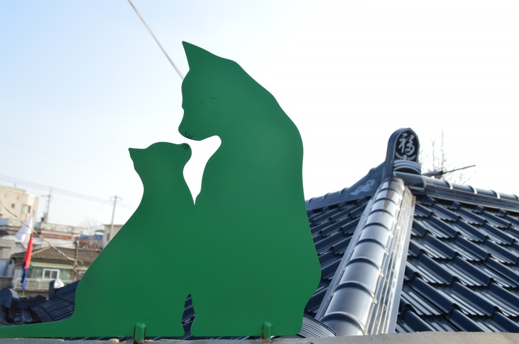 지붕 위에 고양이 가족의 조각