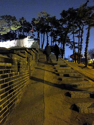 위로 올라가는 계단