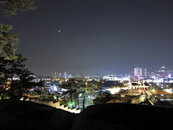 북암문을 지나 뒤 돌아본 밤풍경