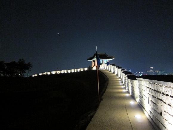 성곽길과 멀리 떠있는 달
