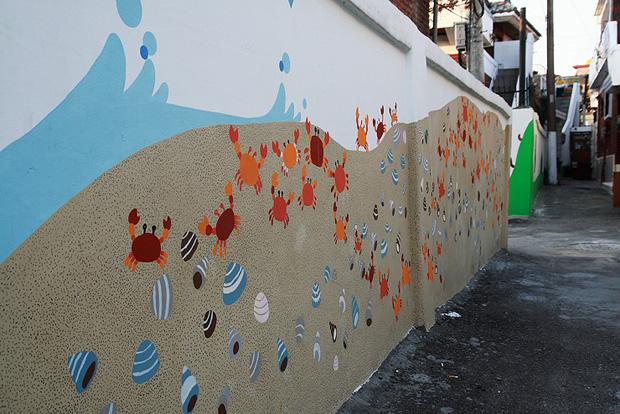 게들과 해변의 풍경을 그려놓은 벽화