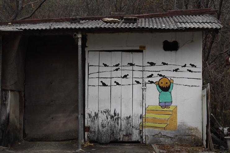 곰팡이가 핀 벽 위로 그려진 벽화