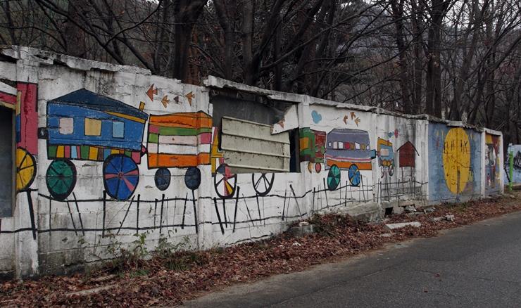 낡은 벽과 어울리는 모양의 기차벽화