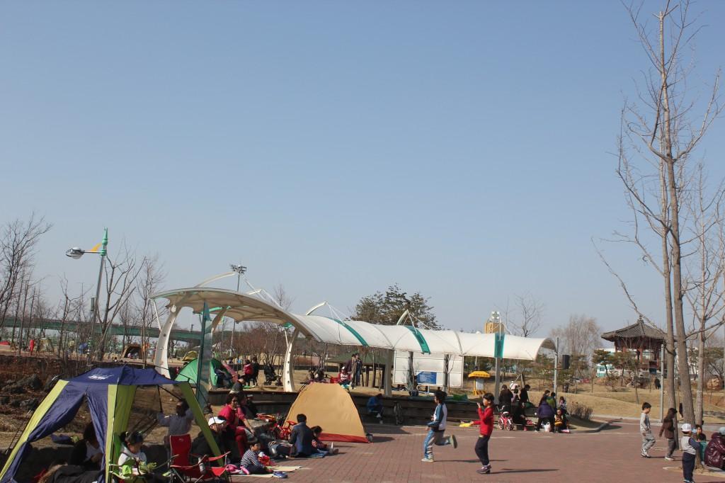 공원 안에 텐트를 친 모습