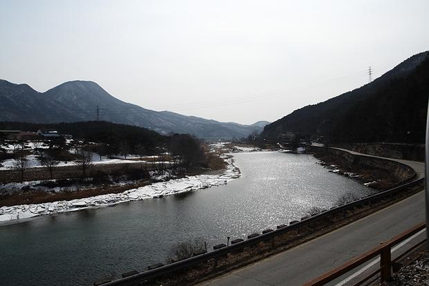 레일에서 바라본 산과 강이 있는 주위 광경