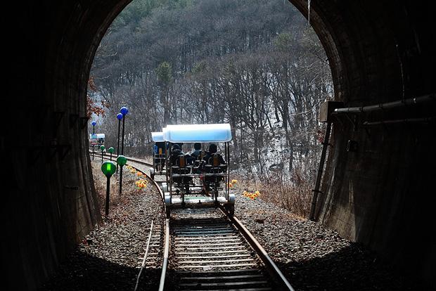 터널을 막 통과하고 있는 레일바이크들