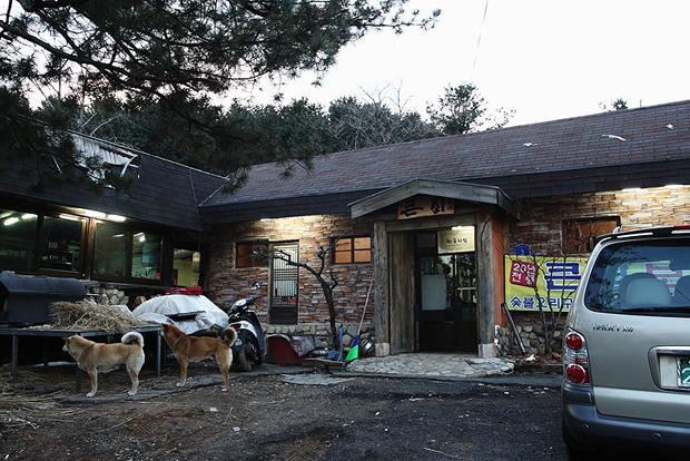 보리밥을 판매하는 큰집 보리밥집의 외관