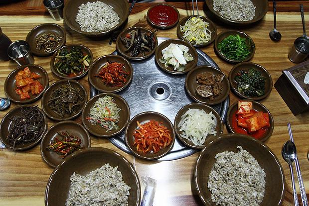 보리밥과 다양한 반찬들