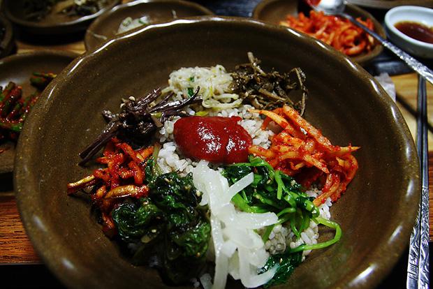 보리밥에 여러 야채들과 고추장을 넣은 모습