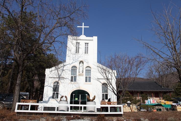 하얀색 성당의 외관